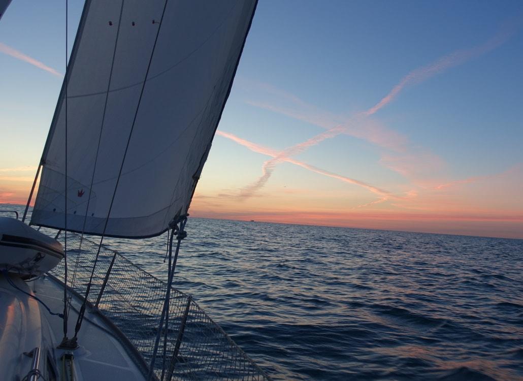 segelboot-im-sonnenaufgang