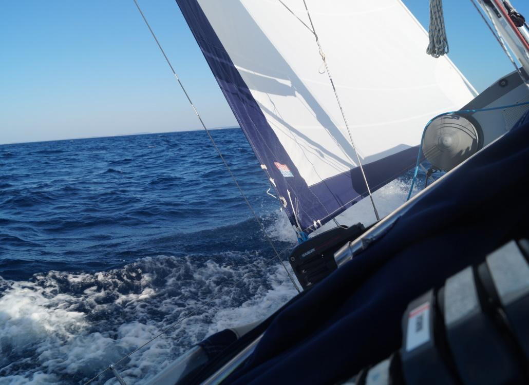 segelboot-bewegt-sich-vorwaerts